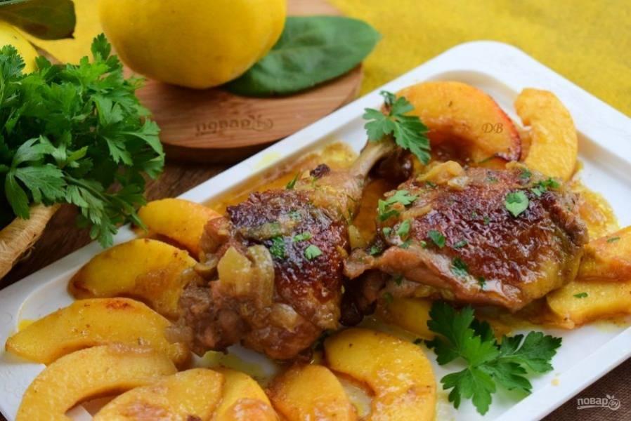 Подавайте жаркое из курицы с айвой с любимым гарниром и рубленной зеленью. Приятного аппетита!