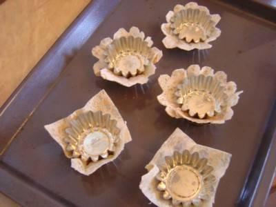 6. Теперь можно отправить формочки в разогретую духовку на 5-7 минут. При желании можно поджарить их до золотистого цвета, тогда понадобится около 10 минут. После того, как тарталетки готовы, им нужно дать хорошо остыть, а лишь затем достать из формы и подавать к столу.
