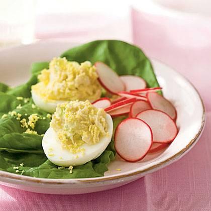 Половинки белков расскладываем на тарелке и начиняем их полученной из желтков, сыра и тунца массой. Сверху можно снова посыпать тёртым сыром, если остался. Приятного аппетита!