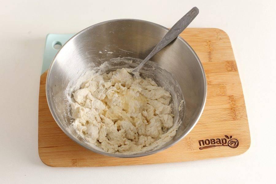 Перемешайте и влейте растительное масло.