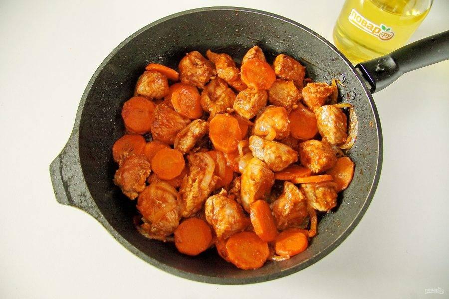 Обжарьте мясо в течение 5 минут на сильном огне.