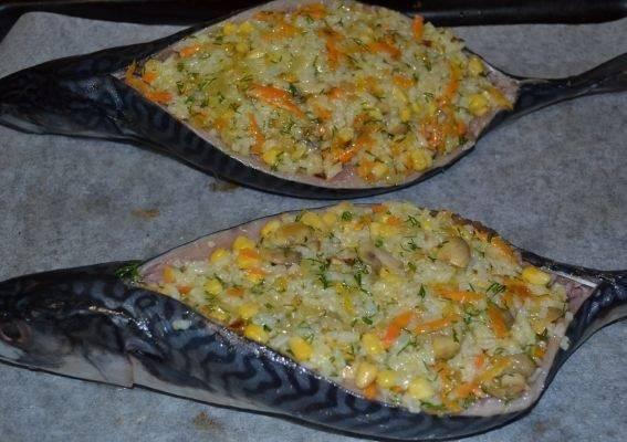 11. Теперь можно аккуратно наполнить начинкой рыбу. Чем плотнее, тем лучше, ведь тогда рыба, запеченная с рисом в домашних условиях будет более сытной.