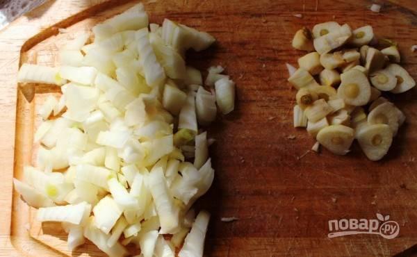 Репчатый лук очистите от шелухи и нарубите ножом на мелкие кубики. Чеснок почистите и нарежьте на тонкие пластинки. Если вы не любите плавающие в супе кусочки чеснока, то можете натереть его на мелкой терке или пропустить через пресс. Отправьте овощи в суп и варите его пятнадцать минут.