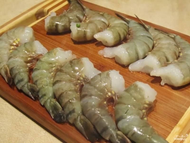 1. Первым делом нужно подготовить креветки: вымойте их и очистите.