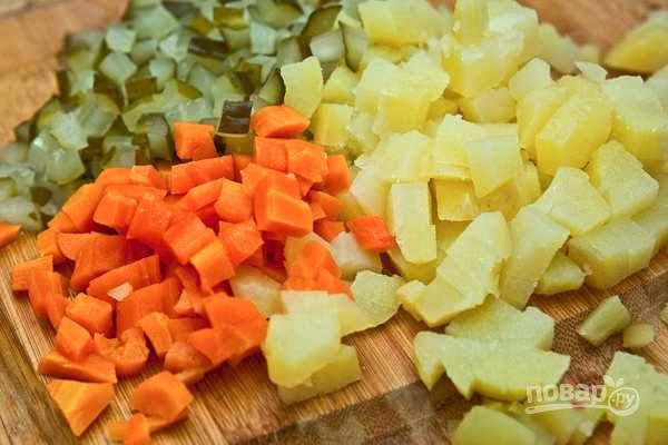 4. Нарежьте кубиками картофель, морковь и огурцы.
