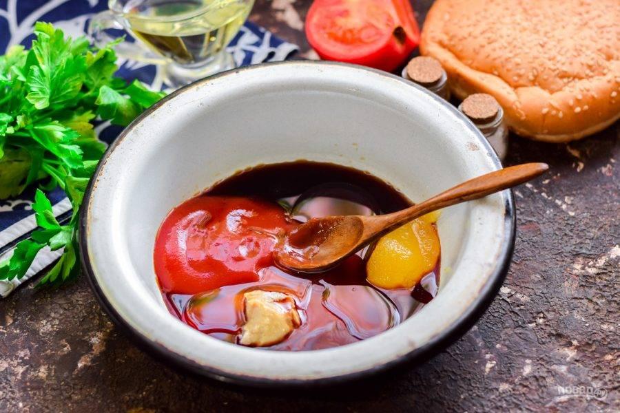 В миску или сотейник введите соевый соус, кетчуп (3 ст.л.), мед, сахар, уксус, горчицу, соль и перец, одну ложку масла. Варите все ингредиенты 3-4 минуты на небольшом огне.