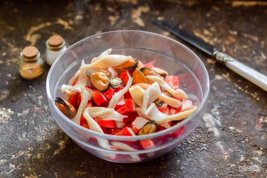 6. Кальмары и мидии отварите несколько минут в подсоленной воде, затем кальмары нарежьте и добавьте в салат, также добавьте мидии.