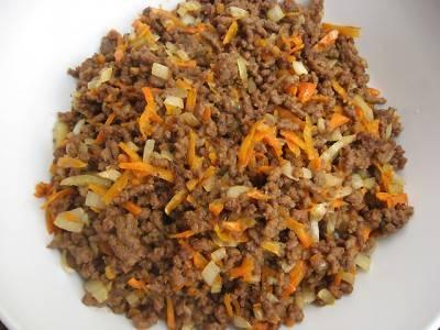 1. Для начала нужно сделать фарш. Очистите луковицу и морковь, измельчите их и обжарьте на сковороде. Мясо пропустите через мясорубку (по рецепту приготовления запеканки из лаваша с фаршем можно брать свинину, говядину или даже курицу, например). Добавьте мясо на сковороду к овощам, обжарьте до готовности. Посолите и поперчите по вкусу.
