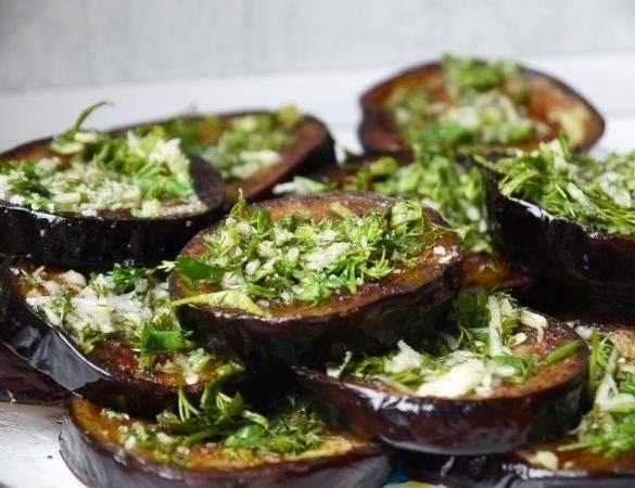 4. Теперь смажьте их чесноком и рубленной зеленью петрушки. После  - сложите аккуратно в огнеупорную посуду и залейте все томатным соусом. Добавьте по вкусу приправы.
