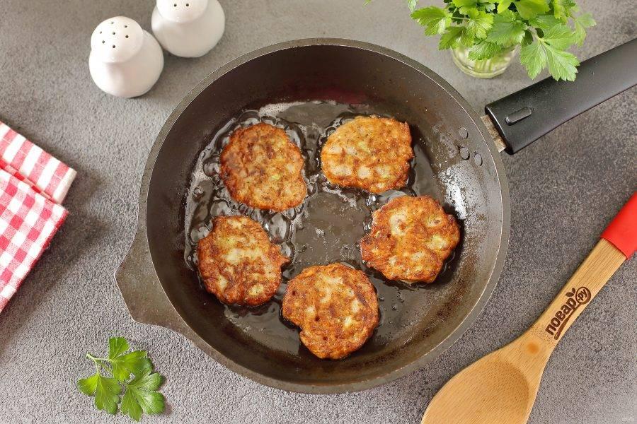 На разогретую сковороду с маслом, выкладывайте кабачковую массу при помощи столовой ложки. Жарьте оладьи на среднем огне с двух сторон до готовности.