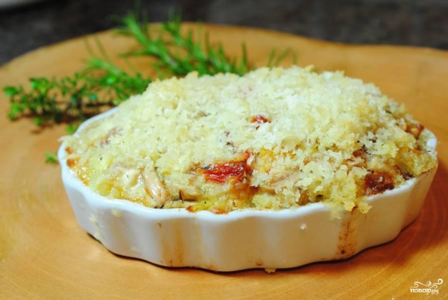 Посыпьте их Пармезаном. И запекайте, пока сыр не превратиться в золотистую корочку. 5-7 минут. Ваш итальянский салат с курицей готов!:)