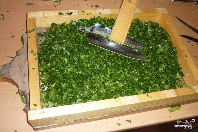 """1. Для начала измельчим или """"покрошим"""" капусту вместе с зеленью и зеленым луком. Сюда же всыпаем муку и соль, перетираем очень тщательно руками, пока не появится жидкость, и под гнетом поставим на неделю постоять в теплое сухое место. Гнет каждый день снимайте, перемешивайте крошево. На 7-й день можно начать готовку щей."""