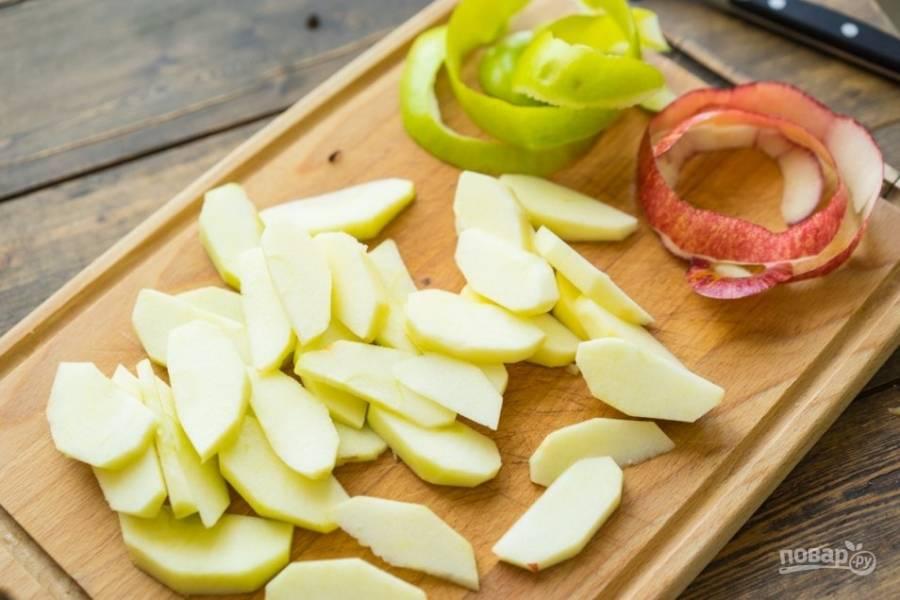 Яблоки моем, очищаем с них шкурку, режем на половинки, вычищаем сердцевину, а затем нарезаем на четвертинки. Осталось лишь порезать яблоки аккуратными пластинками.