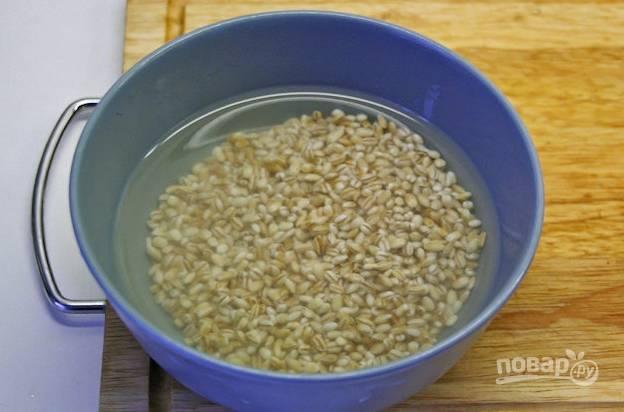 4. Крупу промойте несколько раз, залейте теплой водой и оставьте минут на 20.