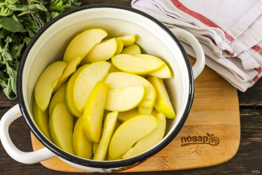 Промойте каждое из них в воде, разрежьте на четыре части и срежьте семенные блоки. Нарежьте ломтиками и выложите нарезку в кастрюлю. Сбрызните лимонным соком и перемешайте, чтобы нарезка не потемнела от соприкосновения с воздухом.