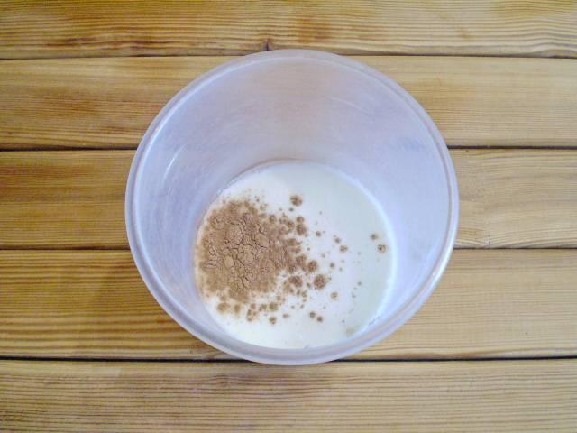 2. Переливаем кефир в чашу для взбивания, добавляем молотую корицу. Взбиваем для насыщения кислородом. Можно сделать это при помощи венчика.