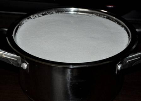 Добавляем в кастрюлю сахара и ставим ее на медленный огонь.