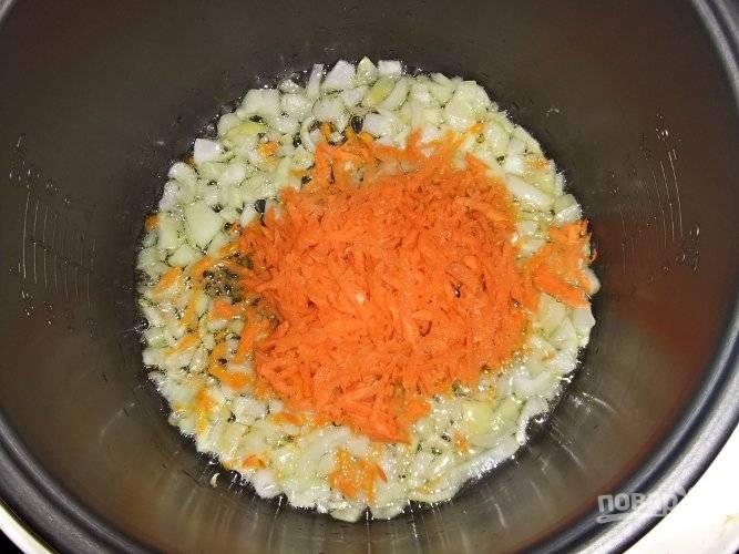 Тем временем натрите морковку на терке.  Картошку порежьте кубиками. Добавьте к луку морковку, перемешайте. Дайте поджарке подрумяниться.