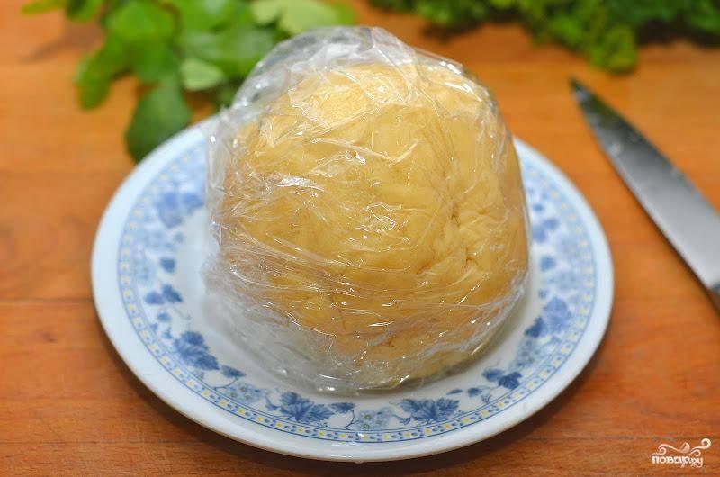 Замешиваем тесто, затем заворачиваем его в пищевую пленку и отправляем в холодильник минут на 20-30.