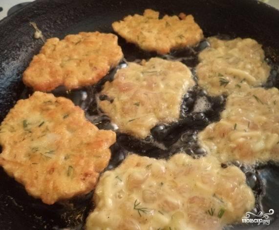 6.Жарьте куриные котлеты на растительном масле в хорошо прогретой сковороде. Прожаривайте котлету с двух сторон под закрытой крышкой. О готовности блюда говорит золотистый цвет котлеты.