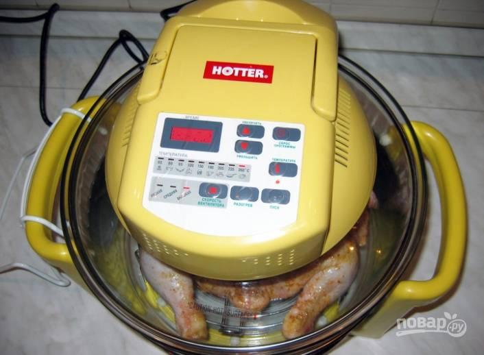 2.Включаю аэрогриль, решетку устанавливаю на средний уровень, выставляю режим «Разогрева», температуру — 260 градусов, максимальную скорость и время — 50 минут. Выкладываю курицу, закрываю крышку. Жир стекает на дно аэрогриля, а курицу обдувает со все сторон, поэтому она не пригорает и получается румяной.