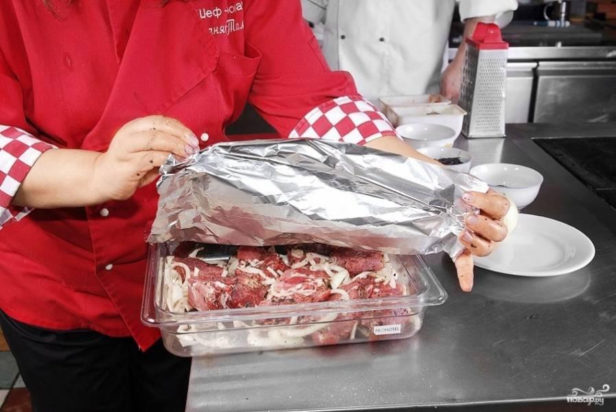 5. Мясо накрываем пленкой или фольгой и оставляем при комнатной температуре на шесть часов (можно и на ночь). После этого на пару часов поставим в холодильник.
