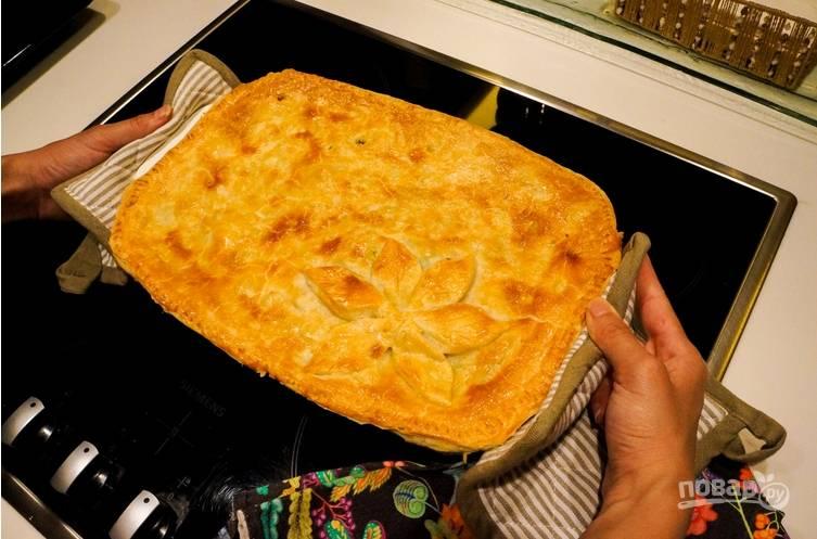 5. Верх пирога накрываем вторым пластом теста и смажем взбитым яйцом. Запекаем 30 минут при 180 градусах. Готово!