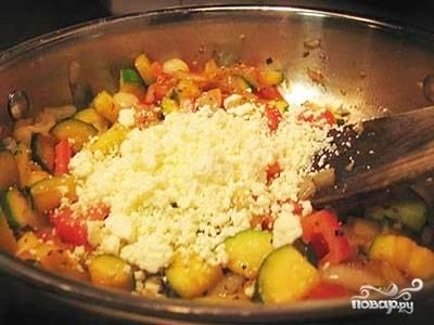 В овощи высыпаем нужное количества размельченного руками сыра фета. Все хорошенько смешиваем.