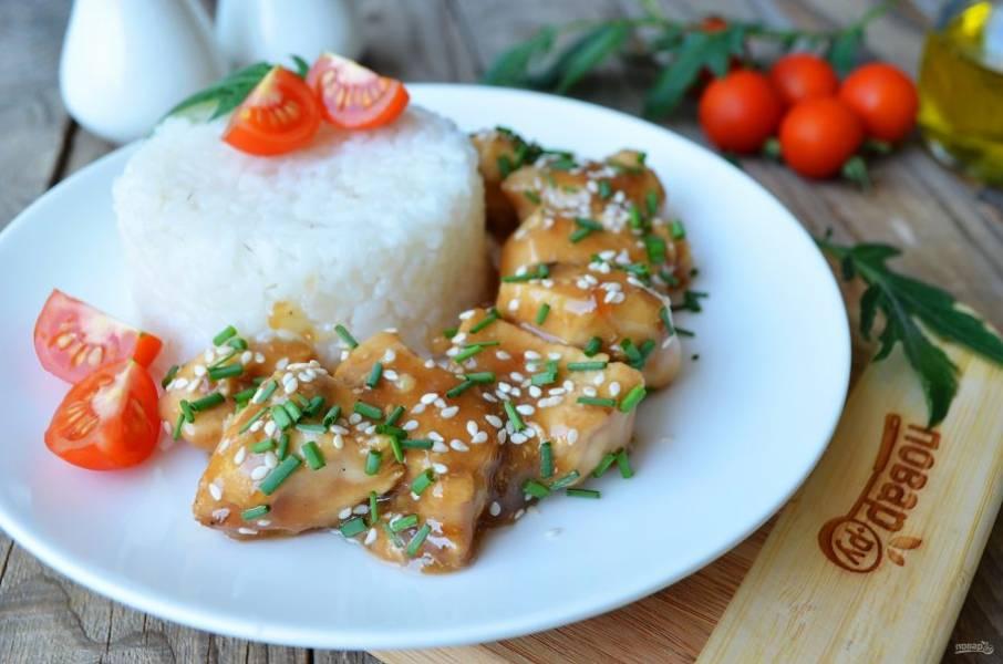 """Подавайте курицу """"Терияки"""" с вареным рисом, овощами свежими или отварными, посыпав измельченным луком и кунжутом. Приятного аппетита!"""