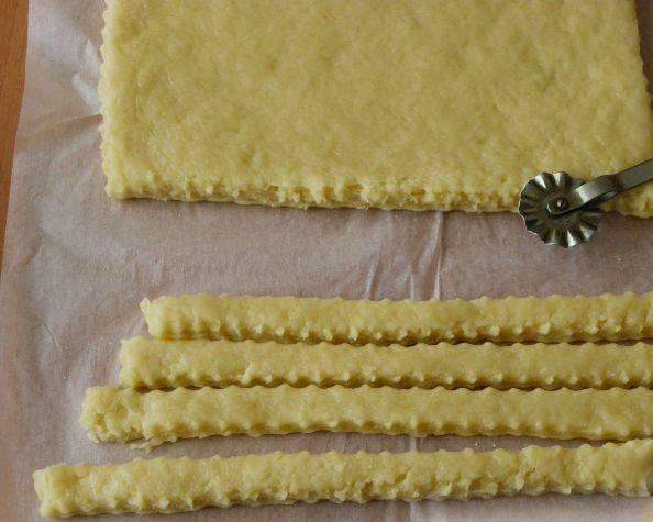4. Раскатав пласт толщиной 5-8 мм, нарезаем в длину. Для узорной резки используйте фигурный нож для чебуреков.