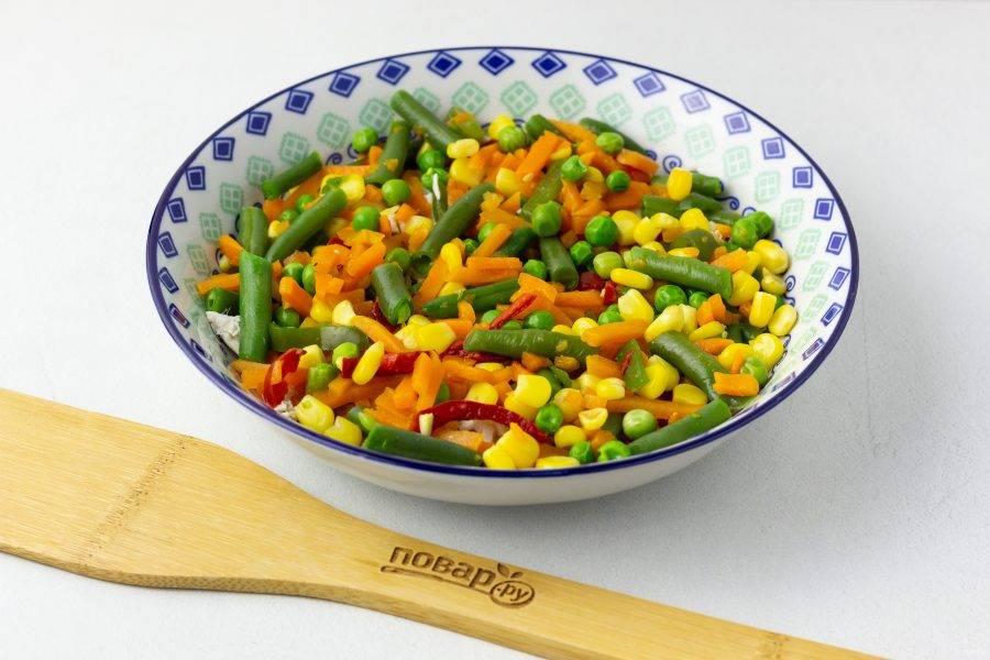 Овощи потушите на сковороде 5-7 мин. в небольшом количестве подсоленной по вкусу воды. Попробуйте на вкус, чтобы все были готовы. Затем процедите их от лишней влаги и выложите вторым слоем на курицу.