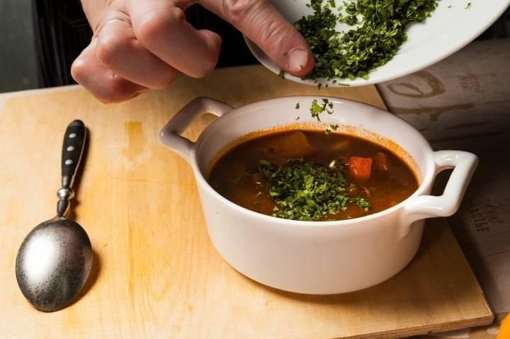 Перед тем как подать суп на стол, добавьте в него зелень.