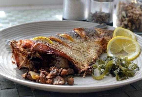 7. Белая рыба, запеченная в духовке в домашних условиях, будет готова примерно через полчаса.