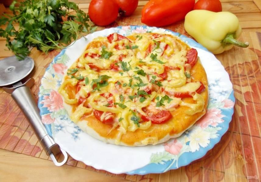Пицца с колбасой и болгарским перцем готова.