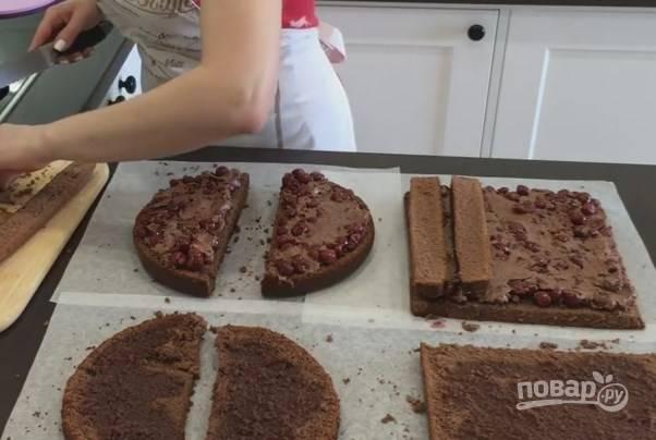4. Выложите начинку из вишни с кремом на нижние 3 части. Если у вас испеклись коржи разной высоты, с помощью обрезков от прямоугольного бисквита поднимите квадратный корж. Также смажьте их кремом.
