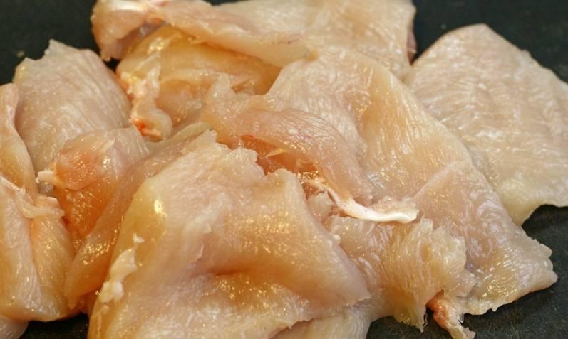 Куриную грудку нарезаем порционными кусочками, слегка отбиваем.