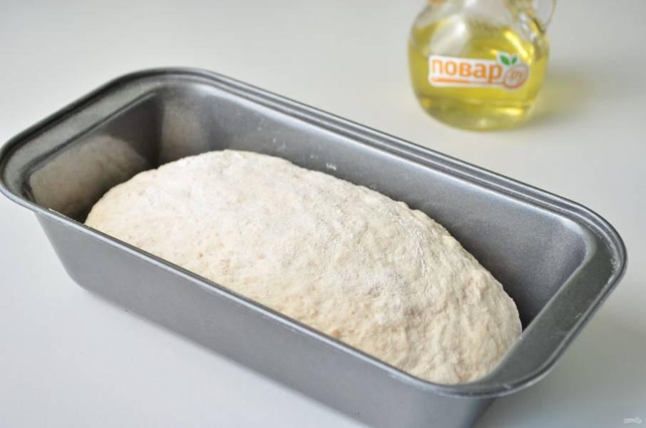 6. Разделите тесто на две части, положите в смазанные формы и оставьте в тепле на 30-40 минут, чтобы тесто подошло. Не забудьте накрыть полотенцем, чтобы тесто не сохло.