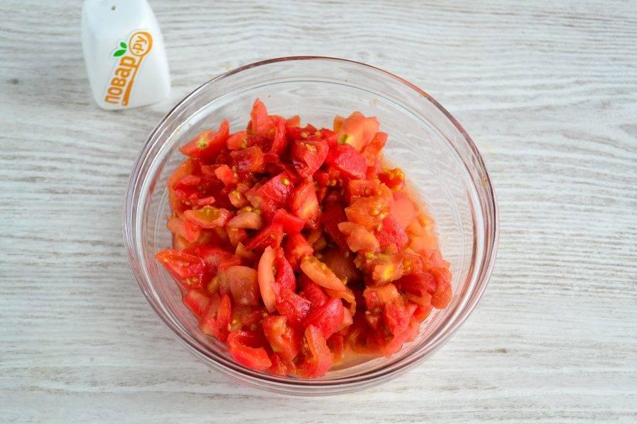 Затем мелко нарежьте помидоры.