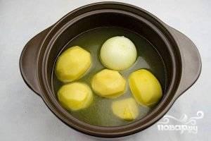 2.Картошку и лук очищаем, кладем их целиком в кастрюлю и заливаем горячим куриным бульоном. Ставим кастрюлю на огонь, и доводим до кипения. Варим до полной готовности овощей.