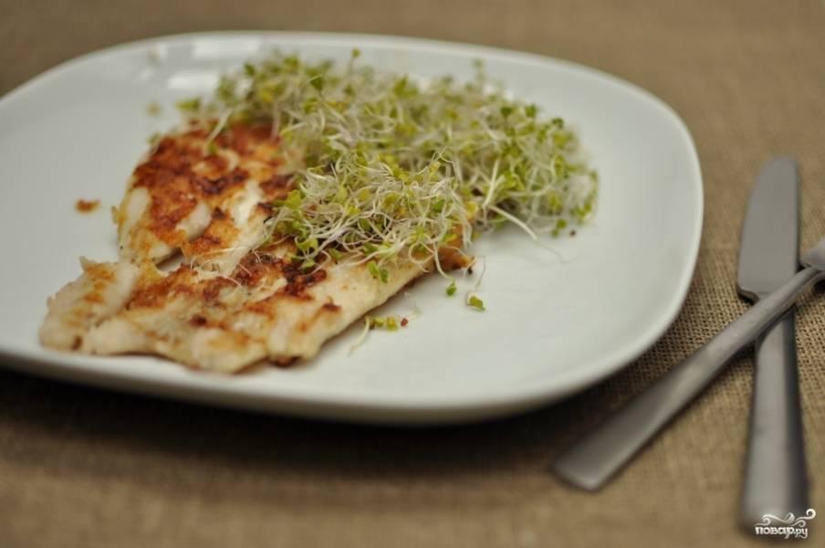 4. Жареного леща подавайте с рисом или зеленым салатом. Приятного аппетита!