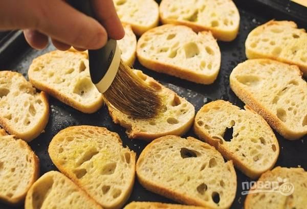 2. С помощью кисточки смажьте чуточку маслом.