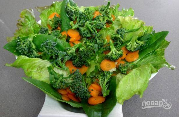 Брокколи необходимо закинуть в кипящую подсоленную воду на 2-3 минуты, а затем окунуть в очень холодную. Выкладываем в салат брокколи.