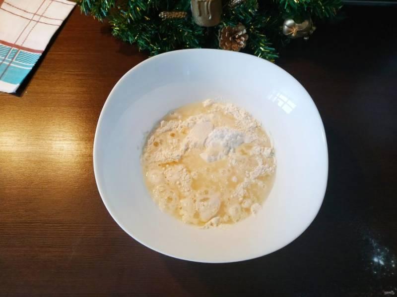Яичный белок отделите от желтка. Белок соберите в блюдце или чашку, желток отложите он нам не понадобится. К белку добавьте 100 мл. воды, щепотку соли и взбейте, добавьте в мучную смесь.