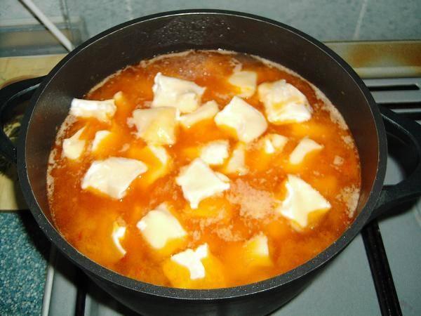 11. В готовое мясо с картофелем (при необходимости добавить воды) отправить галушки и варить на среднем огне около 10 минут.