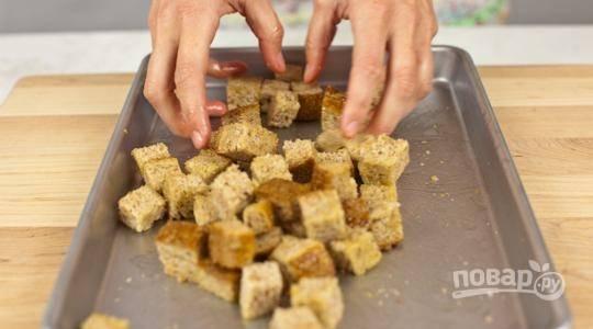 Сбрызните маслом и отправьте в разогретую до 160 градусов духовку на 10 минут.