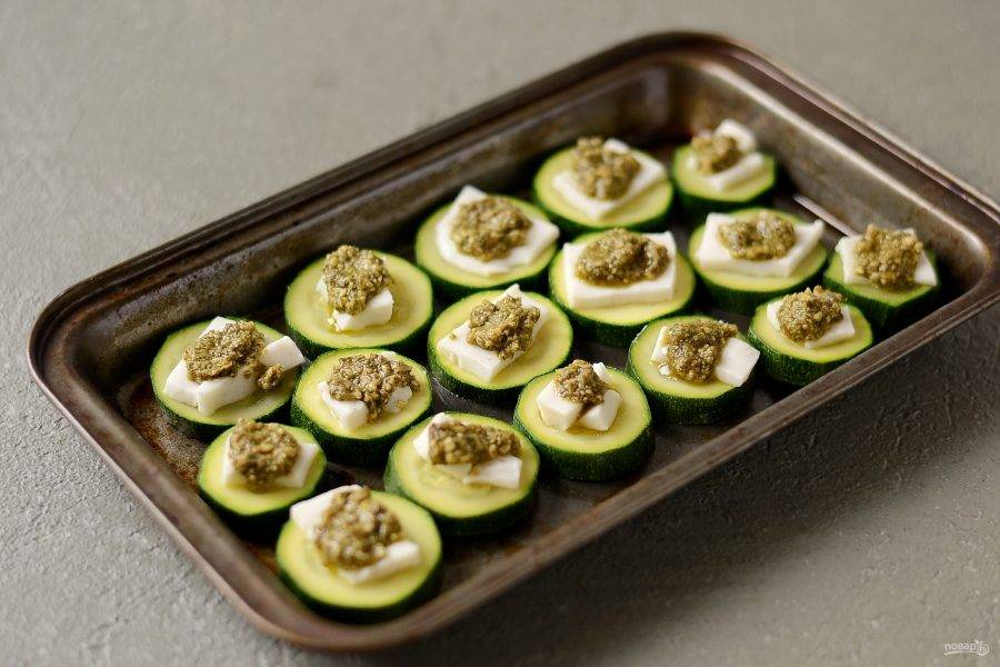 Сверху добавьте соус песто. Запеките кабачки в духовке 12-15 минут при температуре 220 градусов.