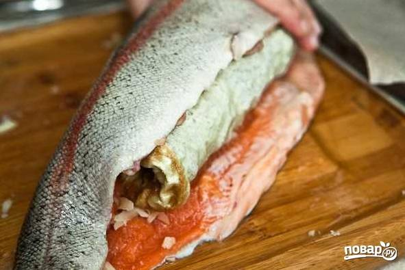 8. Аккуратно сверните омлет рулетом внутри рыбы.