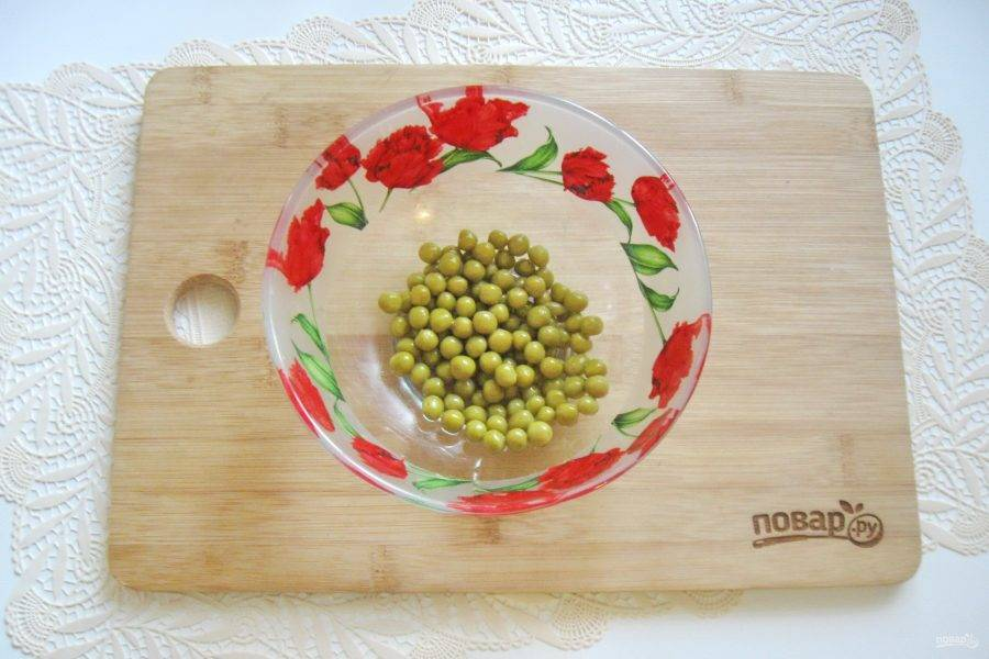 Консервированный зеленый горошек выложите в салатник.