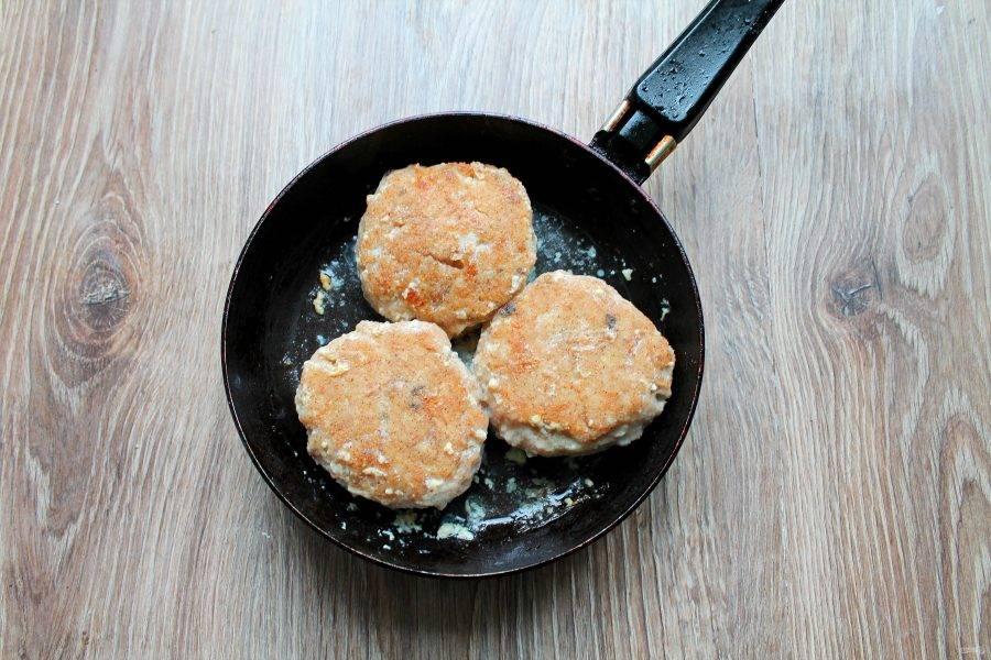 В сковороду налейте растительное масло и разогрейте на среднем огне. Выложите котлеты и обжаривайте с двух сторон по 5-6 минут до готовности.