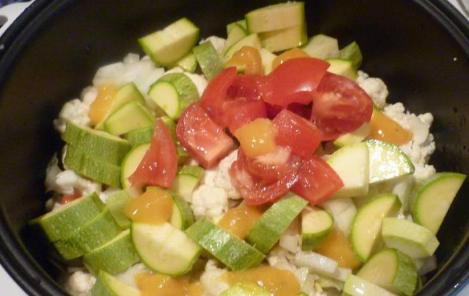 """Складываем все овощи в чашу мультиварки, добавив сверху томаты. Солим и перчим по вкусу, перемешиваем и готовим блюдо в режиме """"Тушение"""" 40 минут."""